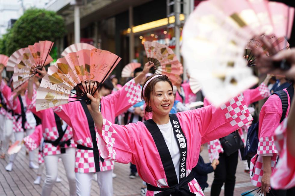 青葉祭りでフローレンススタッフが、すずめ踊りを華麗に舞う