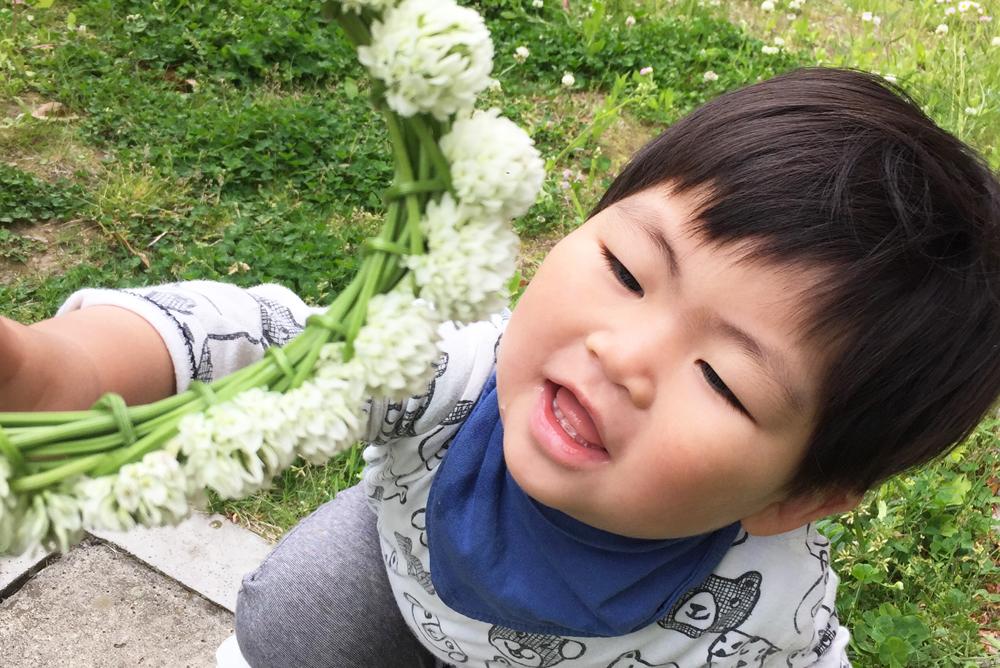 花冠を前に笑顔のお子さん