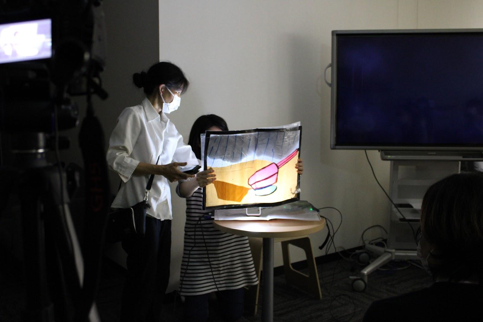 (※写真は岡本先生手作りの切り絵です。光で楽しめるような工夫がされています。)